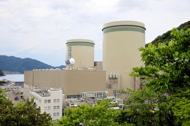 高浜原発1号機(右)と2号機(左)=16日午前、福井県高浜町、橋本弦撮影