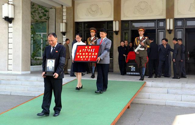 2016年5月22日、平壌の西長会館で国葬を終え、出棺される姜錫柱前朝鮮労働党書記のひつぎ。崔竜海党副委員長ら国家葬儀委員会メンバーが参列した。朝鮮中央通信が報じた=朝鮮通信