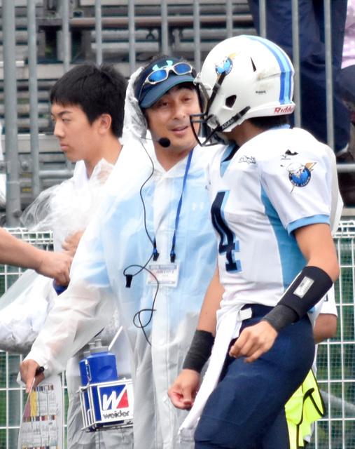 決勝の試合中、QB坂野に声をかける海陽学園の西村英明監督(中央)