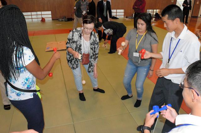 上下高の生徒に教わりながら、けん玉に挑戦するアメリカス市の生徒たち=府中市上下町
