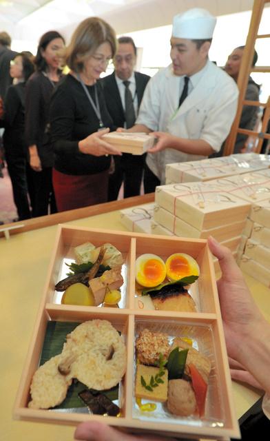 京弁当で和食をPRする京都の料理人=2012年、京都市左京区