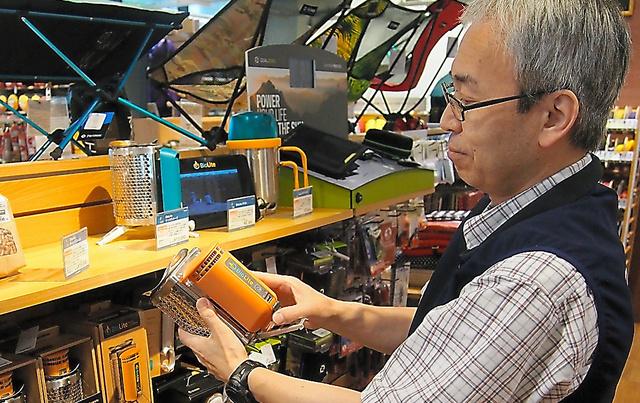 キャンプ用品店で売られている、発電できる小型のストーブ=東京都中央区