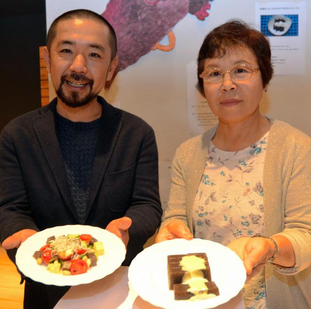 レシピコンテスト入賞作を持つ、佐渡のえご生産者の山内三信さん(左)と、柏崎市の海女の田村さい子さん=アオーレ長岡