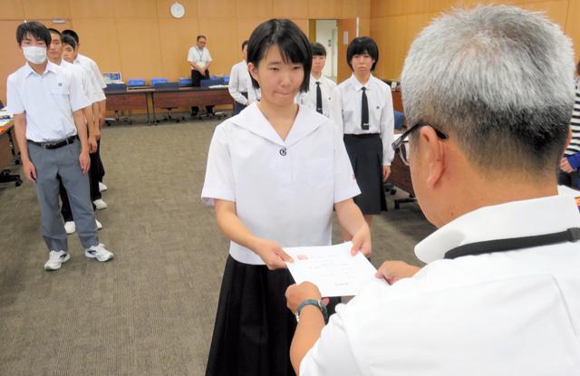 「選挙コンシェルジュ鹿児島」の委嘱状を受け取る高校生=鹿児島市役所