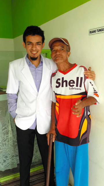 廃棄物のリサイクルを活用し、医療サービスを受けている患者に寄り添うガマル・アルビンサイド医師(左)