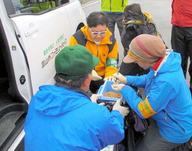 富山市ファミリーパークに送る卵に番号をふる環境省の職員ら=乗鞍岳(環境省提供)