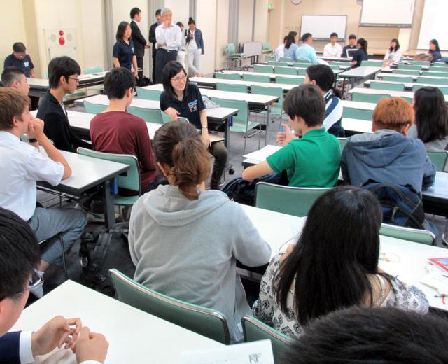海外大入試の説明会では、9月から米国の有名大に進む学生(中央)を囲み、参加者が熱心に質問していた=5日、東京都世田谷区の筑波大付属駒場高校