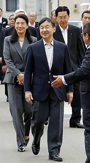 田老地区の三王団地に到着した皇太子さまと雅子さま=21日午後、岩手県宮古市、代表撮影