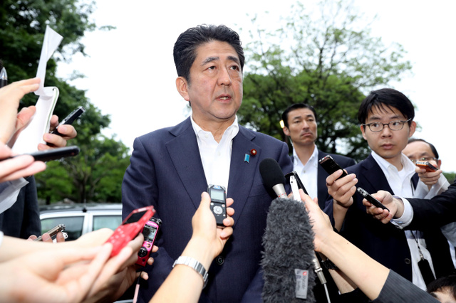 北朝鮮のミサイル発射を受け、報道陣の質問に答える安倍晋三首相=22日午前9時15分、熊本市中央区、林敏行撮影