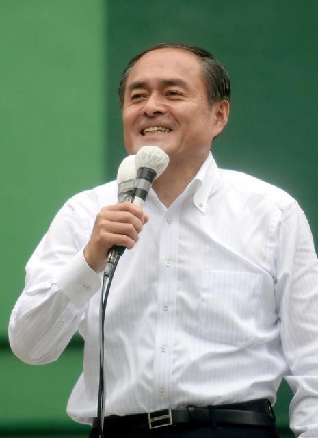 街頭演説する社民党・吉田忠智党首=22日午前10時20分、東京都新宿区、金居達朗撮影