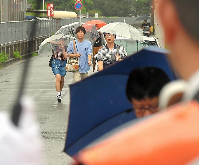 通学路で演説する候補者の前を、学生らが通学していた=22日午前、福岡市東区、長沢幹城撮影