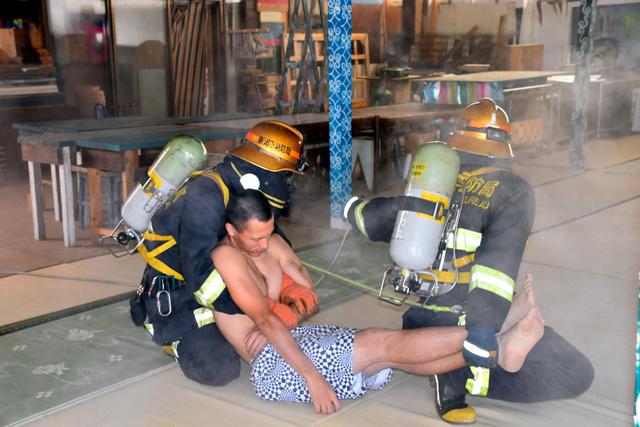 救助訓練に取り組む消防士ら=新潟市西区
