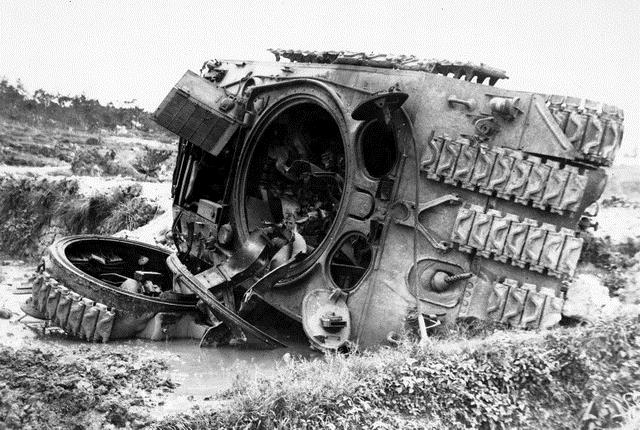 糸満南部の道で大破している米海兵隊の戦車(1945年6月16日撮影、沖縄県公文書館提供)