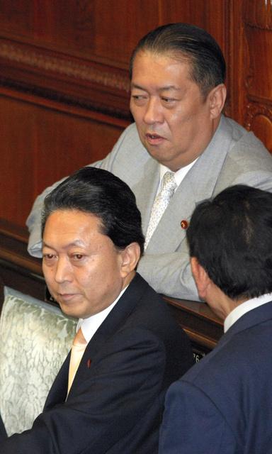 衆院本会議で兄の鳩山由紀夫首相(当時)と話す鳩山邦夫氏=2010年2月、飯塚悟撮影