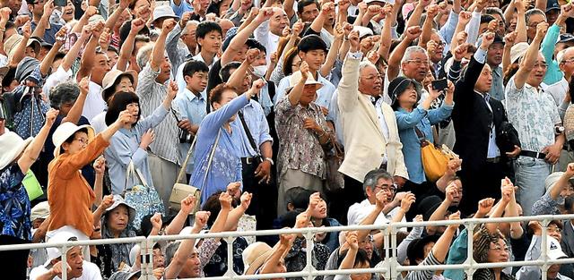 参院選候補者の街頭演説で「がんばろう三唱」をする支持者たち=22日、福島県須賀川市、仙波理撮影