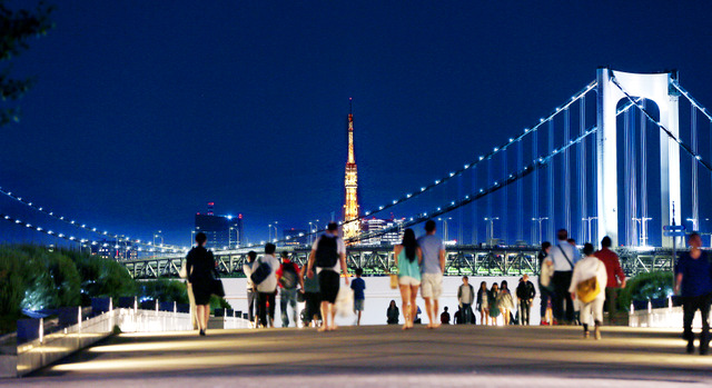 湾岸道路が貫く東京臨海副都心。レインボーブリッジの向こうに、東京タワーが美しく輝く=東京都江東区青海