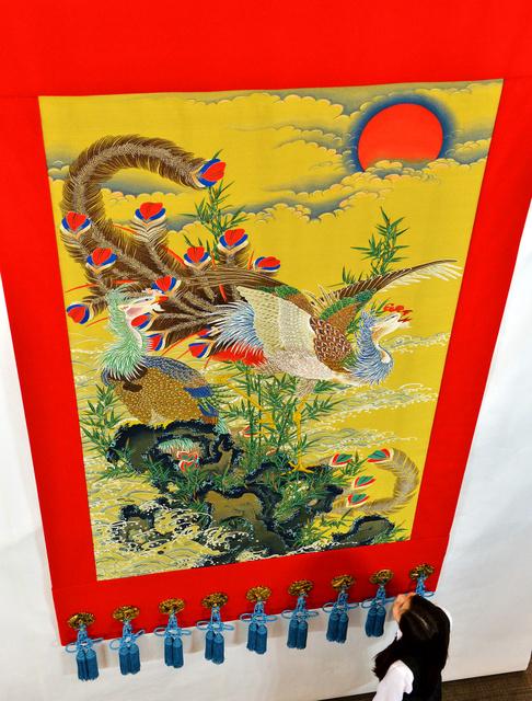 伊藤若冲の「旭日鳳凰図」が織られた長刀鉾の見送=23日午前、京都市下京区、高橋一徳撮影