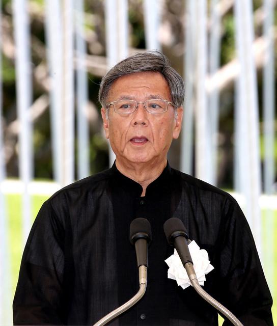 追悼式で、平和宣言を読み上げる沖縄県の翁長知事=23日午後0時25分、沖縄県糸満市の平和祈念公園、上田幸一撮影