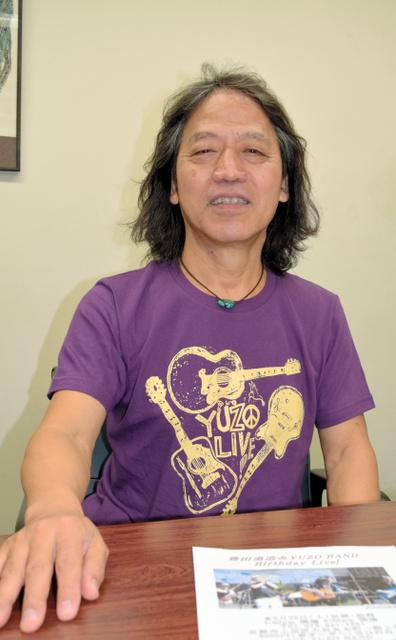 「新曲『道しるべ』は、わが鶴見さんをしのぶ歌」と話す豊田勇造さん=中京区