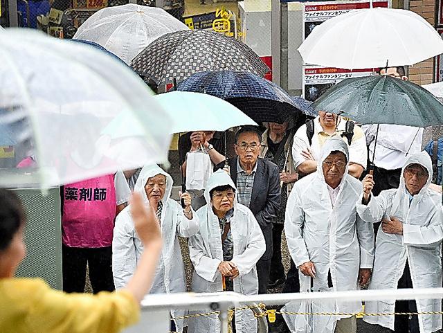 雨の中、街頭演説に集まった有権者ら=23日午前、千葉県内、恵原弘太郎撮影
