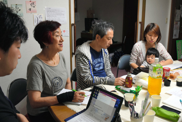 7月10日オープンに向けて話し合いをする野村美穂さん(右)や協力する「松戸くらしの助っ人」の松下明子代表(左から2人目)ら=松戸市