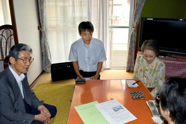 被爆者の女性(右手前)の話を聞く(左から)被災協大村支部長の橋貞夫さん、大宮美喜夫さん、副支部長の寺坂イネ子さん=大村市