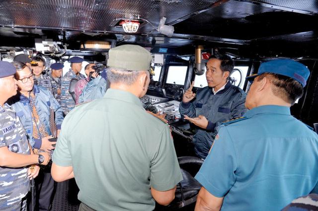 ナトゥナ諸島に寄港したインドネシア海軍の軍艦内で兵士らに指示をだすジョコ大統領(右から2人目)=インドネシア大統領府提供