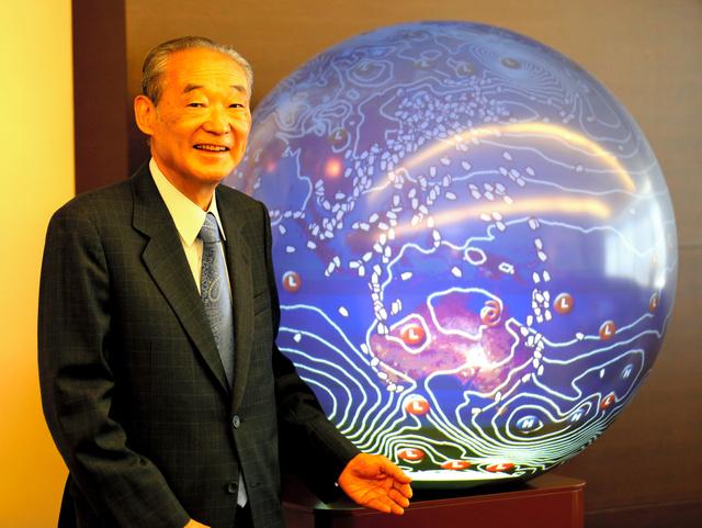 地球儀の前で。商船三井の船の場所が、GPS(全地球測位システム)の位置情報でわかる=東京都港区の本社、堀英治撮影
