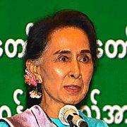対話集会でミャンマー人労働者たちに語りかけるスーチー氏=23日夕、タイ中部サムットサコン県、大野良祐撮影