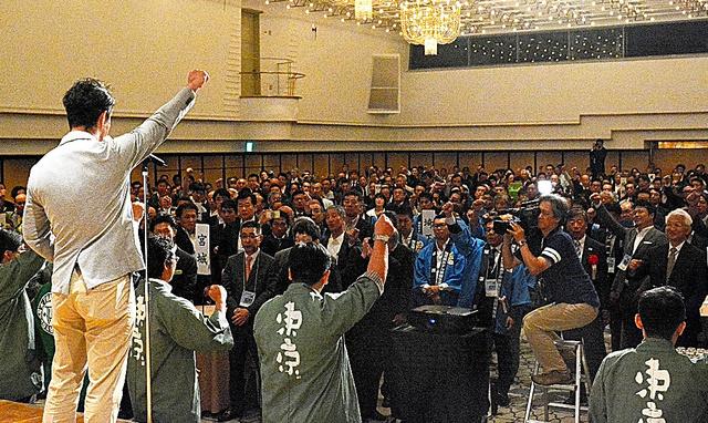 無許可「民泊」の取り締まり強化を訴えるホテル・旅館の営業者ら=8日、東京都新宿区