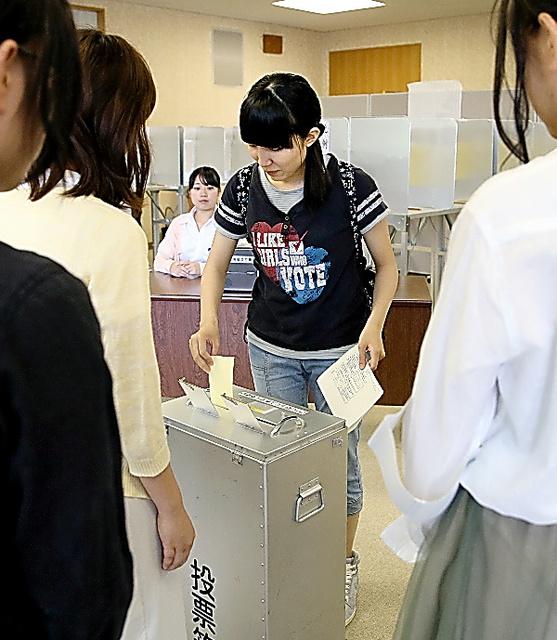 参院選の期日前投票が23日、始まった。名古屋市の名古屋市立大に設けられた投票所では、新たに有権者となった18歳、19歳の学生も一票を投じた。投票した同大1年の中村清世里(すせり)さん(18)は「日本の未来につながるようにと願って投票しました」。総務省によると、全国98の大学、高専、短大で期日前投票所が設けられる=細川卓撮影