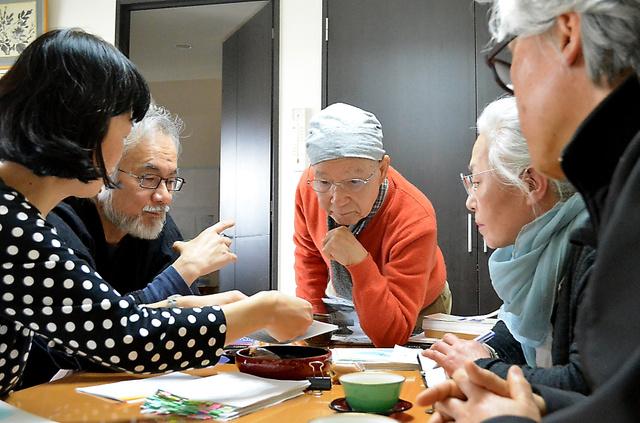 佐伯一麦さん(左から2人目)らと刊行の打ち合わせをする宇津志勇三さん(中央)=仙台市の自宅