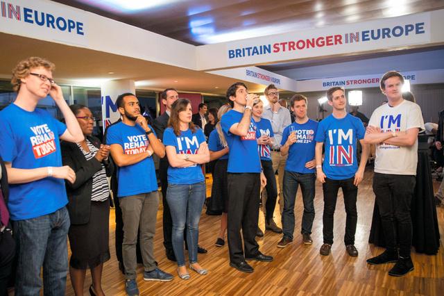 ロンドンで23日、欧州連合(EU)離脱を問う国民投票の結果発表を見守る残留支持者ら=AFP時事