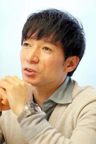 けがをした当時のことを話す騎手の内田博幸さん=「首の骨折」編から、早坂元興撮影