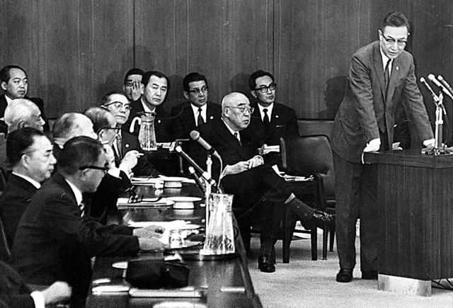 裁判官の再任・新任拒否問題で「理由の公表は、たとえ本人が望んでもできない」と答弁する最高裁の矢口洪一人事局長(右端)=1971年4月13日、衆議院法務委員会