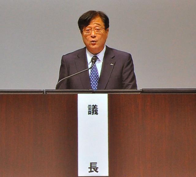 三菱自動車の株主総会で、益子修会長兼最高経営責任者(CEO)は燃費不正問題を陳謝した=24日午前、千葉市