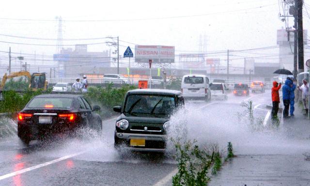 堤防が決壊した猪之子川沿い。道路上には所々、雨水がたまっていた=24日午前10時33分、福山市瀬戸町、橋本拓樹撮影