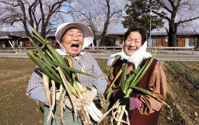 「飯舘村の母ちゃんたち 土とともに」。菅野栄子さん(左)と菅野芳子さん (C)MizueFurui2016