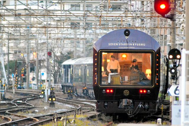 長崎駅を出発するななつ星=2014年2月撮影