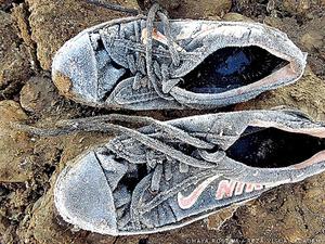 写真教室の初日、12歳だったマヤ・ロスタムさんは、家族とともに戦火を逃れ、シリアからイラクに向かう時に履いていたスニーカーの写真を撮った
