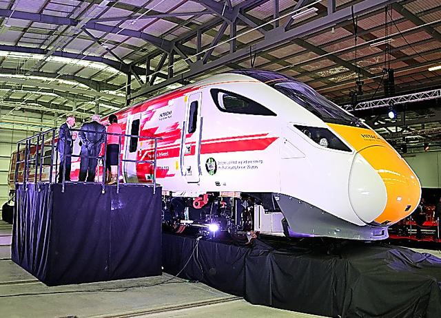 英国にある日立製作所の鉄道車両工場。昨年9月の開所式には英運輸相らが出席した=同国ニュートンエイクリフ