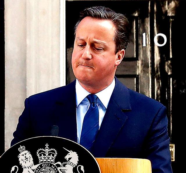 ロンドンで24日、国民投票の結果を受け、記者会見で辞意を表明するキャメロン英首相=ロイター
