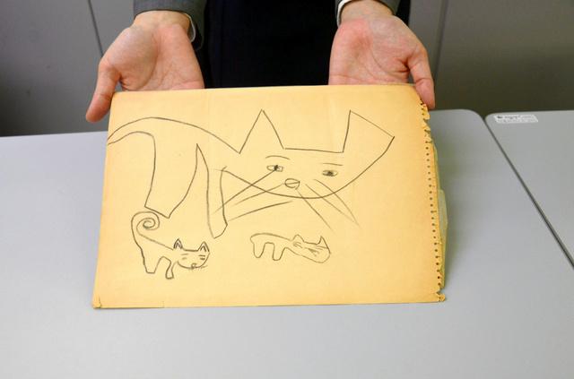 見つかった画用紙。親猫と2匹の子猫が描かれている=東京都中央区