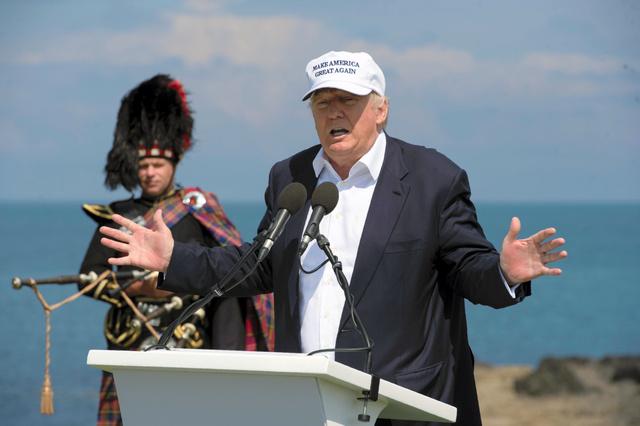 米大統領選の共和党候補になるトランプ氏が24日、自身の名を冠したリゾート施設のオープンに合わせて英北部スコットランドを訪れ、演説した=AFP時事