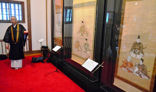藤原三代の画像3幅が並ぶ=平泉町の毛越寺