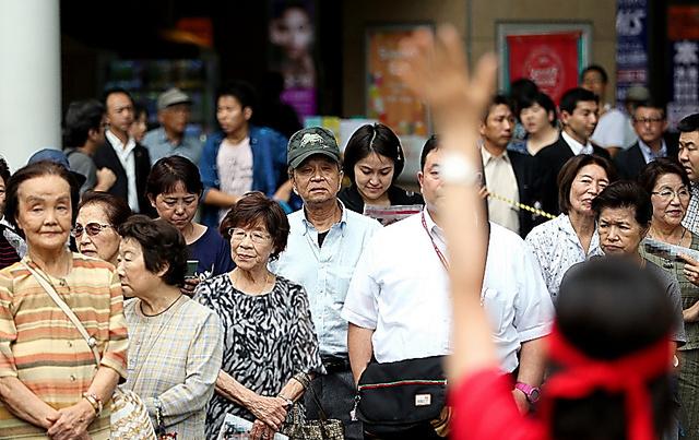 候補者の街頭演説に集まった人たち=25日午前9時56分、神奈川県内、葛谷晋吾撮影