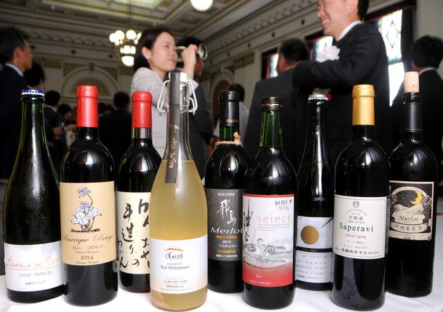 ずらりと並んだ各醸造所のワイン=25日、大阪市中央区の大阪府庁