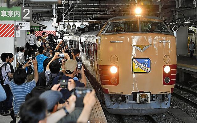 多くの鉄道ファンに見送られ、JR仙台駅を出発する国鉄型特急「485系」=18日午前9時14分、仙台市青葉区、福留庸友撮影