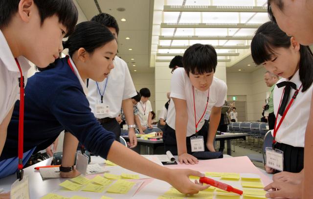 検討会議で意見を出し合う児童たち=広島市中区中島町