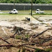 熊本各地で大雨の爪痕 住宅地冠水・田んぼに土砂流入…